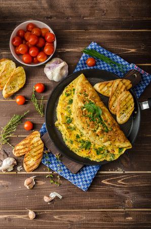 l�gumes verts: Herb omelette � la ciboulette et l'origan saupoudr� de flocons de piment, l'ail toasts panini Banque d'images
