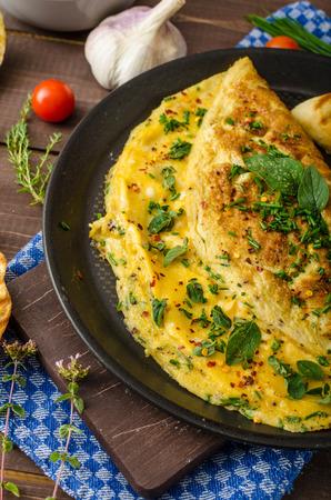 Kruid omelet met bieslook en oregano bestrooid met chili vlokken, knoflook panini toast