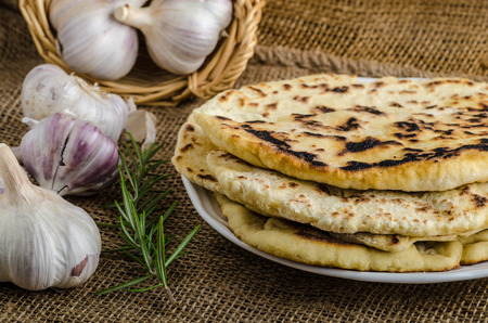 ajo: Pan indio con romero, ajo y aceite de oliva Foto de archivo
