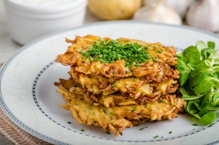ensalada de verduras: Papas fritas panqueques Checa, recepy original con ajo y orégano, pequeña ensalada