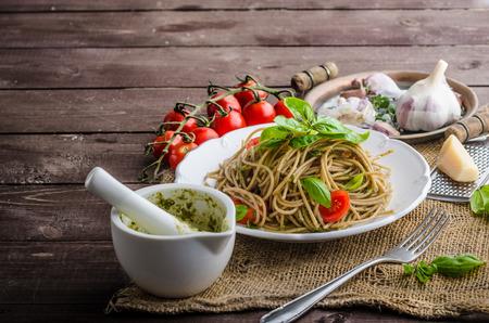 pasta: Pasta con pesto de Mil�n - albahaca con frutos secos y permesan, ajo y aceite de oliva, deliciosa comida y genial.