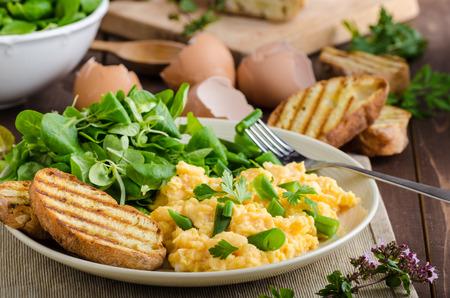 huevo: Huevos revueltos con frijoles y ensalada, baguette cocido al horno en un panini Foto de archivo