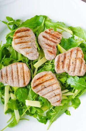 rukola: Grilled pork tenderloin with a salad of arugula, honey and green apples