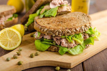 bocadillo: S�ndwich de at�n, alcaparras, pan de semillas, jugo de lim�n para la frescura, un poco de mostaza dijon y aceite de oliva Foto de archivo