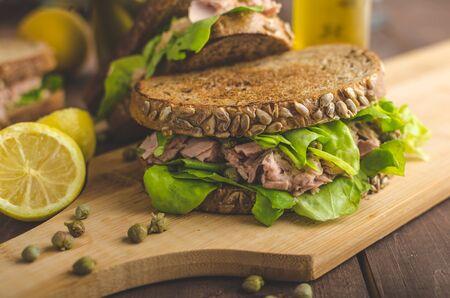 poco: Sándwich de atún, alcaparras, pan de semillas, jugo de limón para la frescura, un poco de mostaza dijon y aceite de oliva Foto de archivo