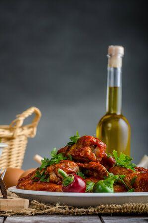 plato de ensalada: alas de pollo caliente con pan de centeno interno de masa madre, el pequeño cordero ensalada de lechuga, lugar de su texto, la publicidad