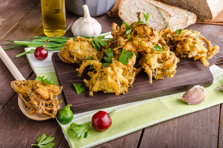 onion: Bhajis cebolla crujiente, deliciosa comida de la calle, con hierbas y ajo