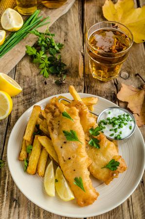 Fish and chips. Vis verpakt in bier beslag, kruiden dip en Tsjechisch bier