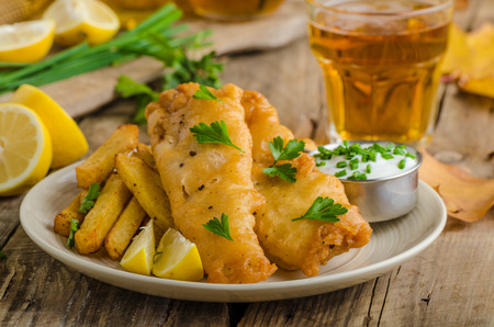 Fish and chips. Vis verpakt in bier beslag, kruiden dip en Tsjechisch bier