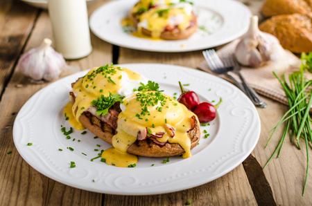 작은 샐러드, 우유, 신선한 허브와 달걀 베네딕트 스톡 콘텐츠