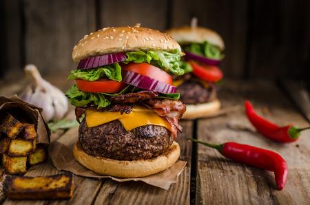 Rundvlees hamburger rustieke stijl, met chili pepers en huisgemaakte frieten.