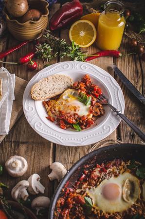 Shakshuka - Eier in pikanter Tomatensauce Pochierte Pfeffer Standard-Bild