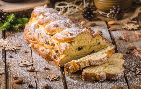 tranches de pain: g�teau traditionnel de No�l tch�que, Vanocka, d�licieux petit d�jeuner pour toute la famille pleine de noix et d'amandes Banque d'images