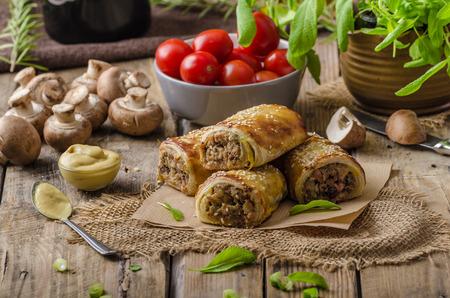 saucisse: Saucisse Rouleau d�licieux recepy de champignons, czech hogkilling de saucisses et de p�te feuillet�e Banque d'images
