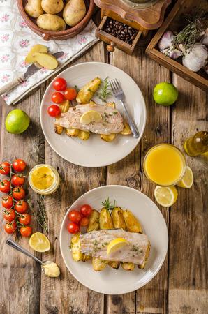 Gebackene Regenbogenforelle mit Bratkartoffeln und hausgemachte Mayonnaise