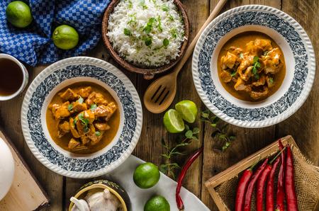 Poulet au curry avec riz basmati, nourriture délicieuse et épicée, herbes fraîches, très simple à faire