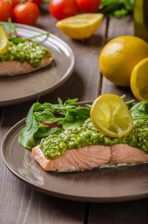 Gebackener Lachs gedünstet mit Pesto und frischem Salat