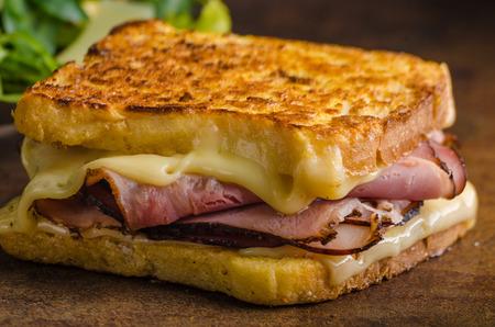 chiles picantes: tostadas de queso francés con la carne y los pimientos calientes Foto de archivo