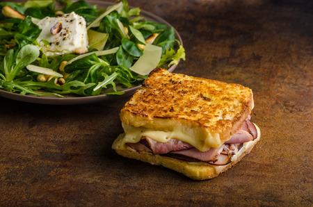 chiles picantes: tostadas de queso franc�s con la carne y los pimientos calientes Foto de archivo