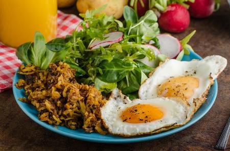 papas doradas: Croquetas de patata con huevos marrones, fácil de hacer, delicioso desayuno