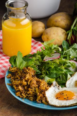 papas doradas: Hash Browns potato with eggs, easy to make, delicious breakfast Foto de archivo