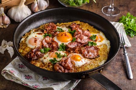 papas doradas: Americanos croquetas de patata patata con huevo frito, tocino y hierbas, desayuno americano reales Foto de archivo