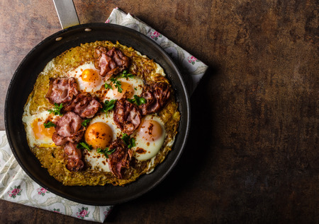 browns: American Hash Browns potato with fried egg, bacon and herbs, real american breakfast Stock Photo