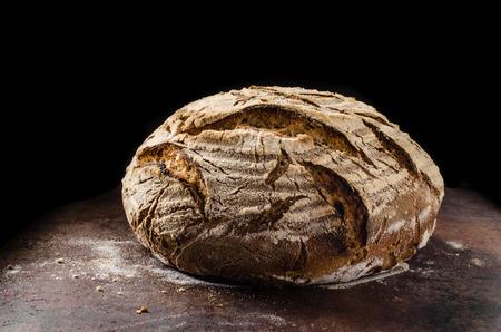 Zelfgebakken brood zuurdesem, rustieke gebakken brood in rieten mand
