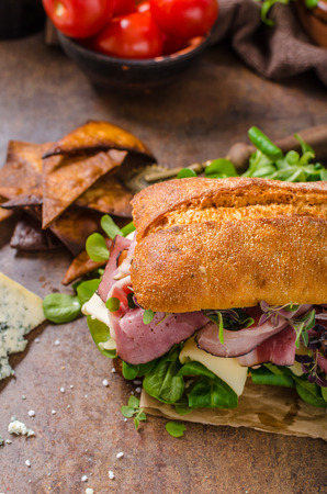 monte cristo: Sandwich with ham and cheese, lamb lettuce simple and delicious