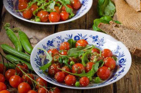 jung: Salad of arugula and cherry tomatoes with basil pesto, jung peas and herbs inside