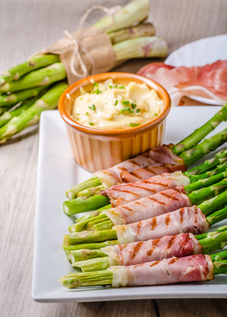 mayonesa: Asparagus on grill with bacon and home mayonnaise