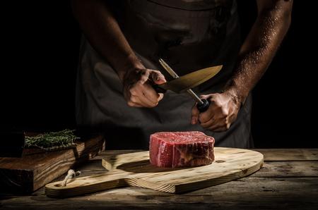 Slager met een biefstuk Stockfoto