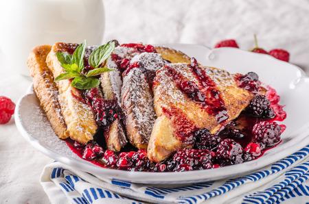 Pan francés con las frutas y reducción de frutos del bosque