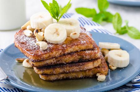 platanos fritos: Pan francés con plátano, frutas del bosque y jarabe de arce y la leche