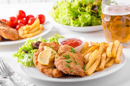 감자 튀김, 샐러드 및 날카로운 물놀이가있는 소시지 닭 꼬치