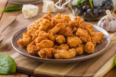 Pollo delicioso palomitas caseras, ensalada griega detrás Foto de archivo - 62209219