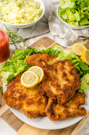 pure de papa: Delicious schnitzel with salad, mashed potatoes, homemade ketchup