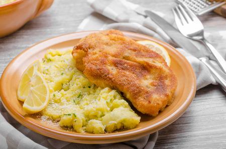 pure de papas: Schnitzel con costra de parmesano y puré de patatas parmesano