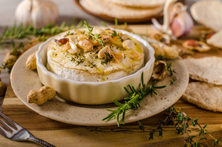 hermelin: Baked Camembert with nuts and herbs