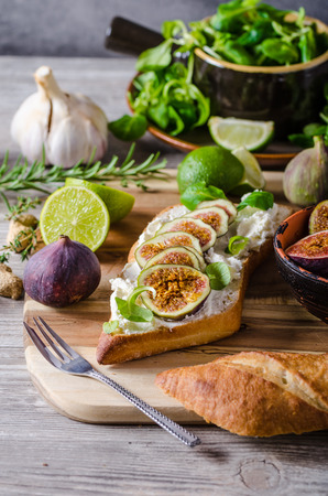 sandwitch: Fresh baguette with cheese and fresh figs