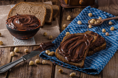 Homemade hazelnut spread on whole grain bread Banco de Imagens
