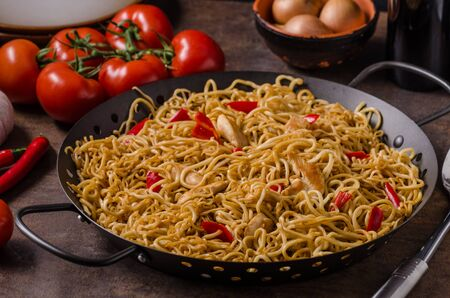 chiles picantes: Chinese noodles chicken, hot peppers and garlic Foto de archivo