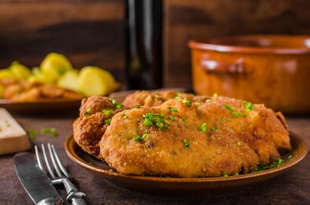 감자와 허브를 곁들인 소시지 닭 꼬치