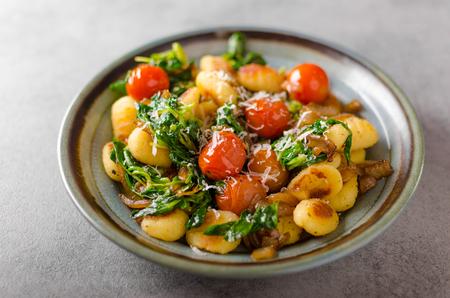 Gnocchi mit Spinat, Knoblauch und Tomaten, Stil Foto für Werbung Standard-Bild - 69470905