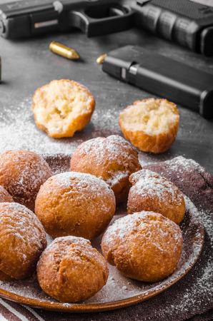 Hausgemachte Donuts mit Zucker und Pistole, amerikanischer Polizist Morgen