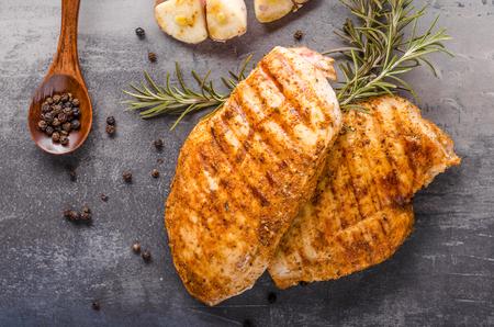 Bistecca di pollo alla griglia, erbe aromatiche e piccante con aglio Archivio Fotografico - 74832978