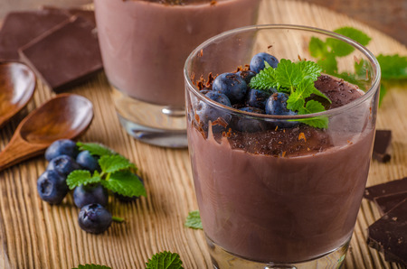 Chocolate pudding with berries and herbs, vintage rustic food styled picture, for your advertisment 版權商用圖片 - 75996694