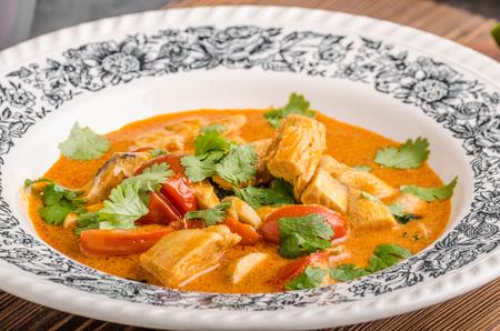Köstliches Hühnercurry mit Gemüse, Lebensmittelfotografie Standard-Bild - 77856289