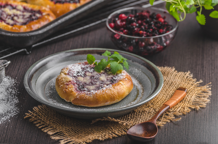 Rustic mini cake with berries and sugar crumble delish food, food styled photography Imagens