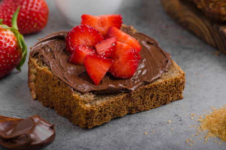 Nutella spread with wholegrain bread, fresh strawberries Banque d'images